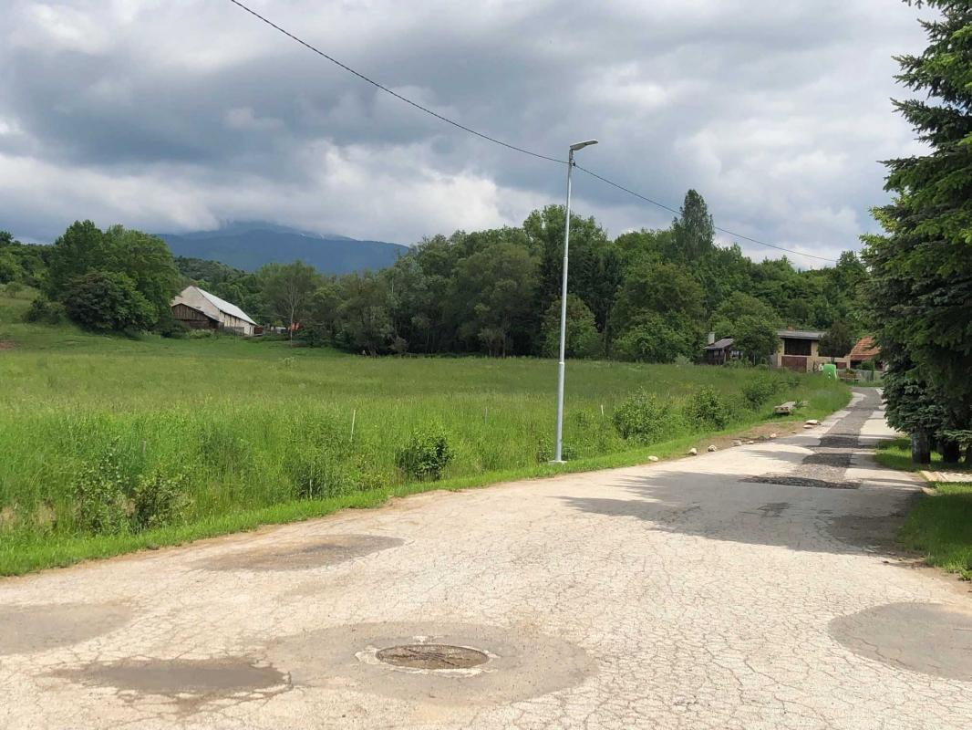 Slnečný,rovinatý pozemok s IS v Podbrezovej na predaj
